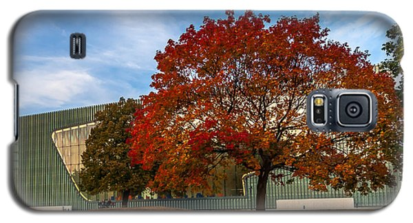 Red And Yellow Tree At The Front Of The Museum Of The History Of Polish Jews In Warsaw Galaxy S5 Case