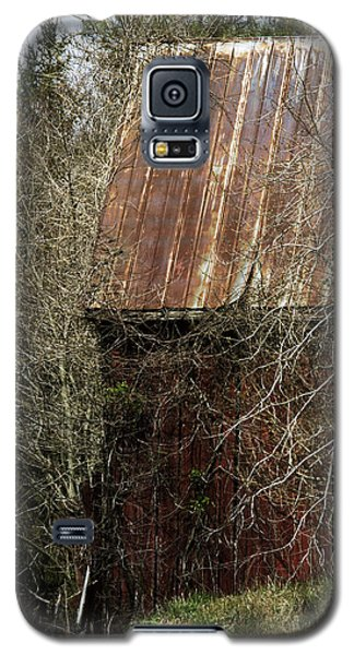 Galaxy S5 Case featuring the photograph Red Barn - Dares Beach Road by Rebecca Sherman