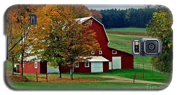 Red Barn In Autumn Galaxy S5 Case