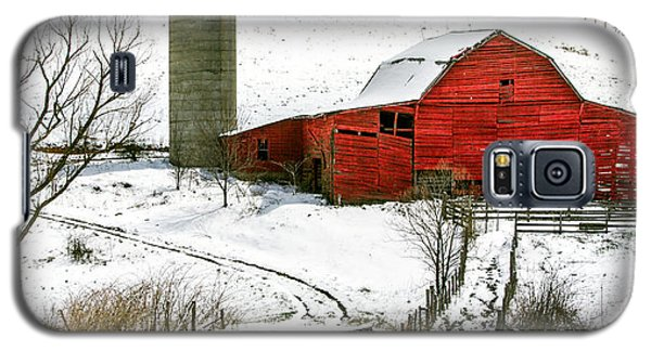 Red Barn In Snow Galaxy S5 Case
