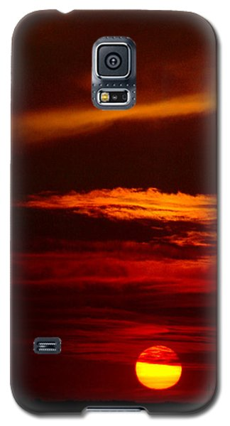 Red Sky At Night Vertical Galaxy S5 Case by Rod Seel