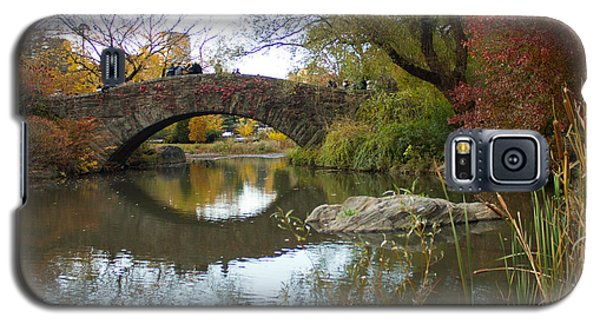 Galaxy S5 Case featuring the photograph Reflections Of Gapstow Bridge by Jose Oquendo