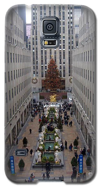 Galaxy S5 Case featuring the photograph Rockefeller Plaza At Christmas by Judith Morris