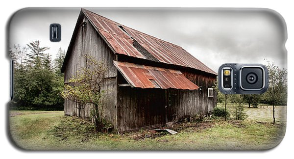 Rusty Tin Roof Barn Galaxy S5 Case by Gary Heller