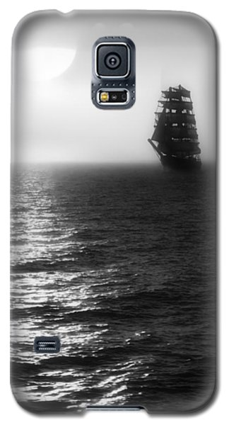 Sailing Out Of The Fog - Black And White Galaxy S5 Case