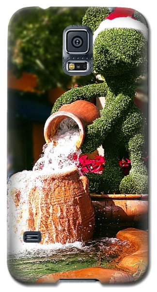 Galaxy S5 Case featuring the photograph Santa Mickey Topiary Fountain by Doug Kreuger