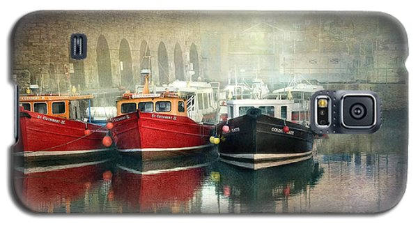 Galaxy S5 Case featuring the photograph Seahouses Harbour In Mist by Brian Tarr