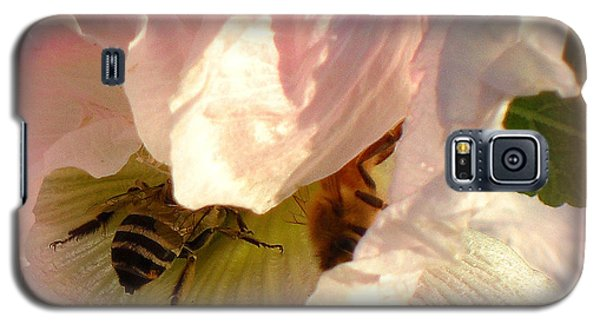 Galaxy S5 Case featuring the photograph Sharing In Pink by Heidi Manly