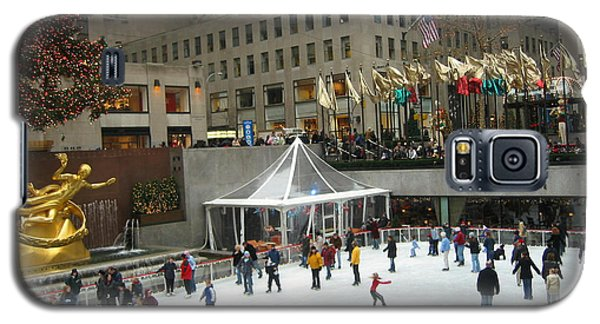 Galaxy S5 Case featuring the photograph Skating In Rockefeller Center by Judith Morris