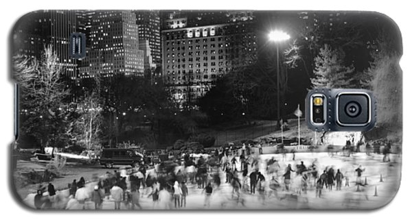 New York City - Skating Rink - Monochrome Galaxy S5 Case by Dave Beckerman