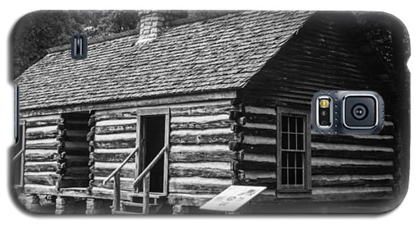Galaxy S5 Case featuring the photograph Slave Quarters Belle Meade Plantation by Robert Hebert