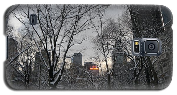 Galaxy S5 Case featuring the photograph Snow In The City by Winifred Butler