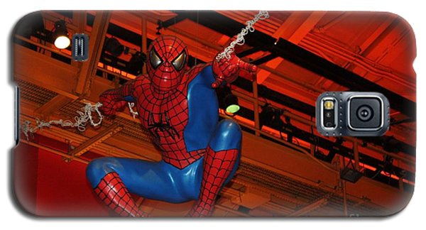 Spiderman Swinging Through The Air Galaxy S5 Case by John Telfer