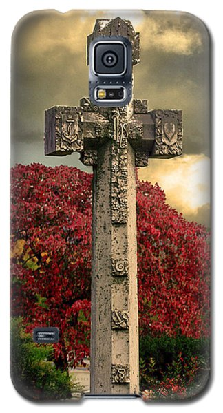 Galaxy S5 Case featuring the photograph Stone Cross In Fall Garden by Lesa Fine