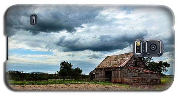 Storms Loom Over Barn On The Prairie Galaxy S5 Case