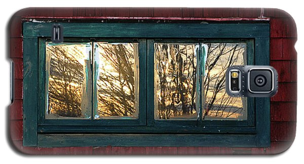 Galaxy S5 Case featuring the photograph Sunrise In Old Barn Window by Susan Capuano