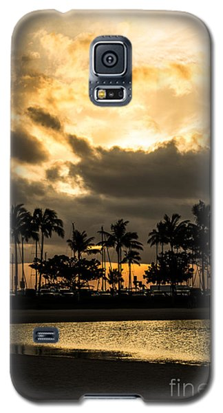 Galaxy S5 Case featuring the photograph Sunset Over Waikiki by Angela DeFrias