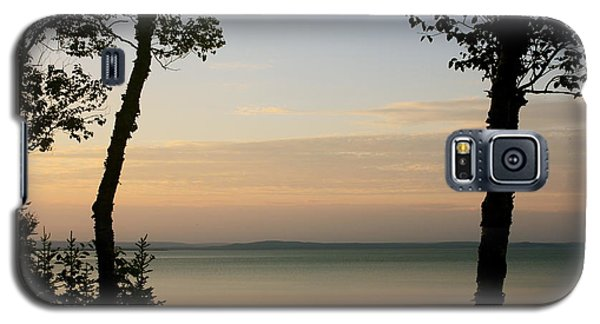 Sunsets On The Bay Of Fundy Galaxy S5 Case by Robin Regan