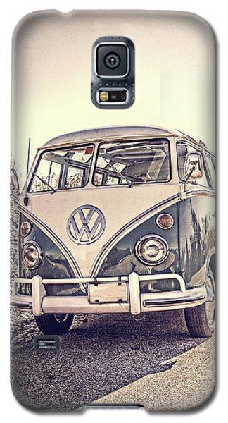 Surfer's Vintage Vw Samba Bus At The Beach Galaxy S5 Case by Edward Fielding