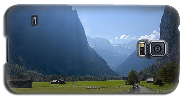 Swiss Hikers In Lauterbrunnen Switzerland Galaxy S5 Case