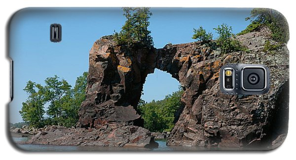 Galaxy S5 Case featuring the photograph Tettegouche Arch By Kayak by Sandra Updyke