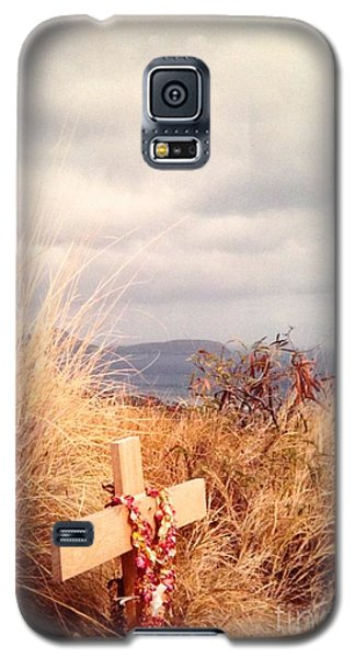 Galaxy S5 Case featuring the photograph The Little Cross by Carla Carson