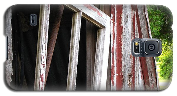 Galaxy S5 Case featuring the photograph The Old Barn by Beth Vincent