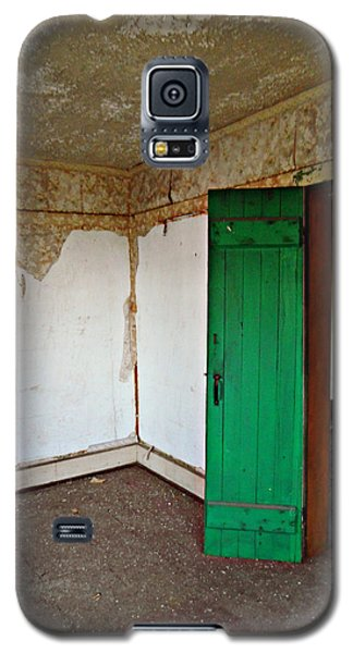 Galaxy S5 Case featuring the photograph The Perfect Creey House by Cyryn Fyrcyd