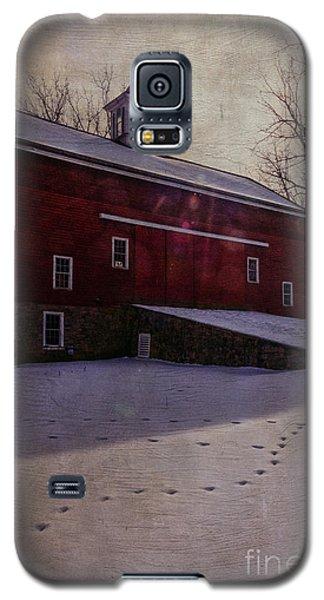 Galaxy S5 Case featuring the photograph Tinicum Barn In Winter by Debra Fedchin
