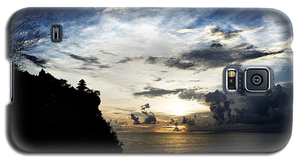 Galaxy S5 Case featuring the photograph Uluwatu Temple by Yew Kwang