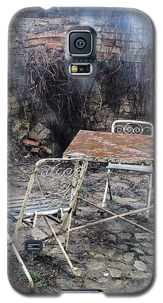 Vintage Metal Chairs In The Backyard Galaxy S5 Case