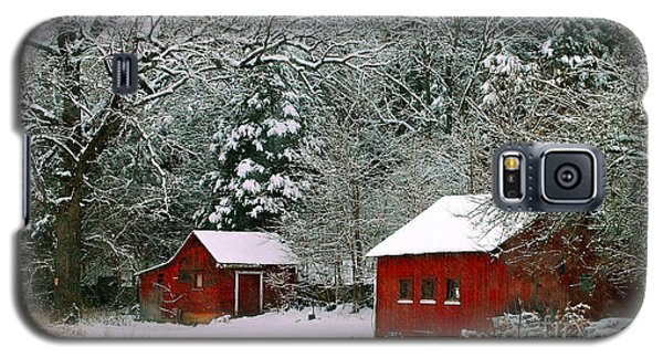 Galaxy S5 Case featuring the photograph Vintage Winter Barn  by Peggy Franz
