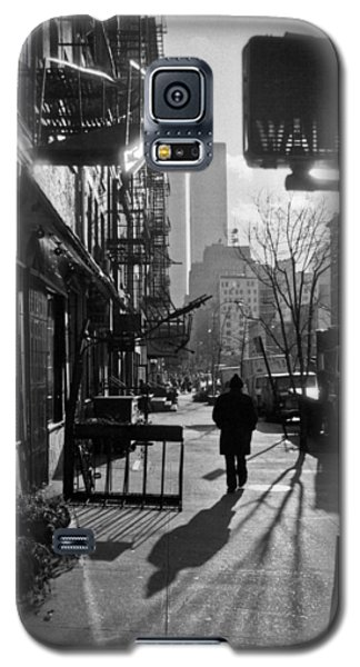 Walk Manhattan 1980s Galaxy S5 Case by Gary Eason
