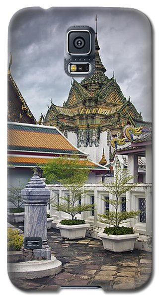 Galaxy S5 Case featuring the photograph Wat Pho Temple Gardens by Kim Andelkovic