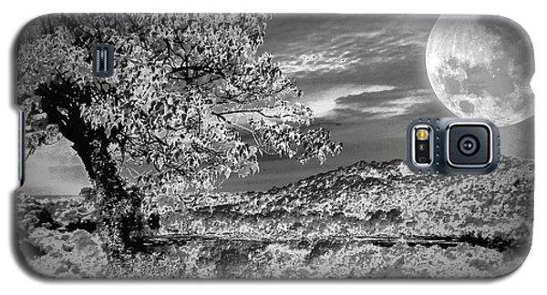 Galaxy S5 Case featuring the photograph When The Moon Comes Over Da Mountain by Robert McCubbin