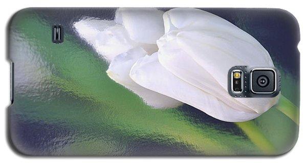 White Tulip Reflected In Dark Blue Water Galaxy S5 Case