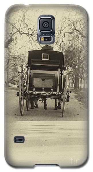 Galaxy S5 Case featuring the photograph Williamsburg Coach Driving Away by Terry Rowe