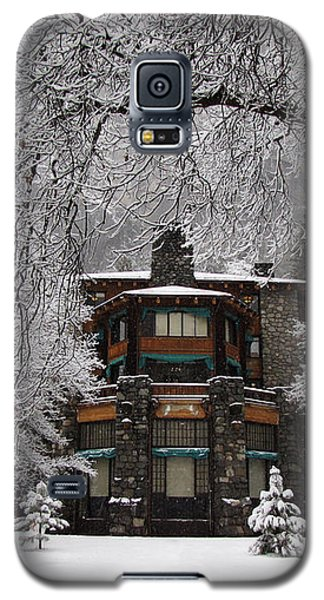 Winter At The Ahwahnee In Yosemite Galaxy S5 Case by Carla Parris