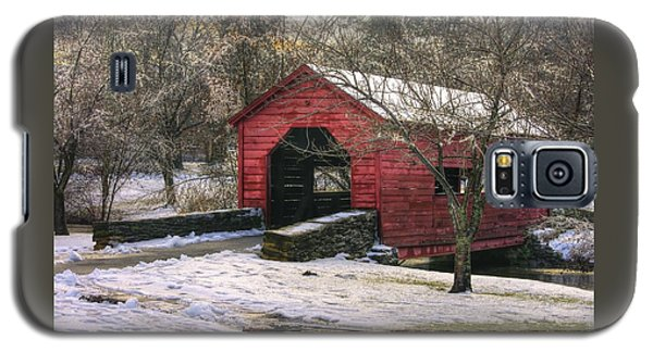 Winter Crossing In Elegance - Carroll Creek Covered Bridge - Baker Park Frederick Maryland Galaxy S5 Case