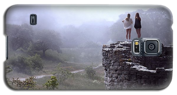 Women Overlooking Bright Foggy Valley Galaxy S5 Case