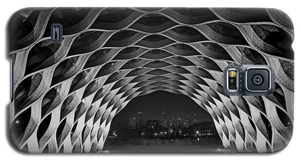 Wooden Archway With Chicago Skyline In Black And White Galaxy S5 Case