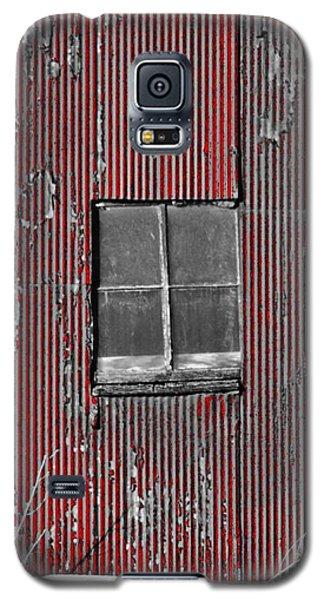 Zink Rd Barn Window Bw Red Galaxy S5 Case by Daniel Thompson