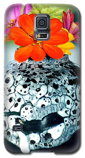 Galaxy S5 Case featuring the photograph Zinnia In Vase by Lehua Pekelo-Stearns
