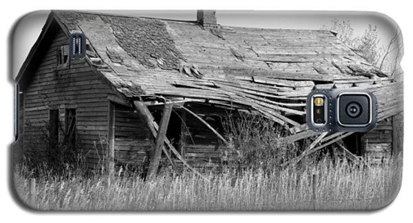 Abandoned House In Monochrome Galaxy S5 Case by Jim Sauchyn
