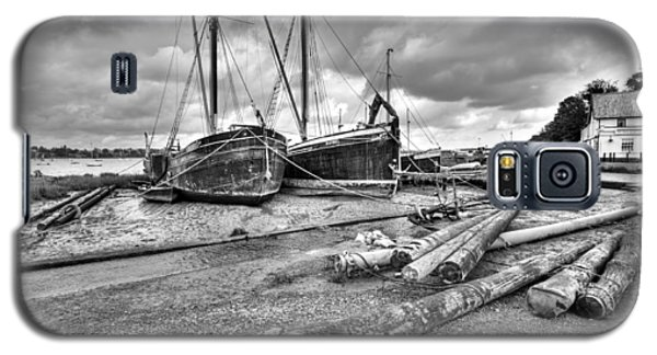 Boats And Logs At Pin Mill  Galaxy S5 Case by Gary Eason