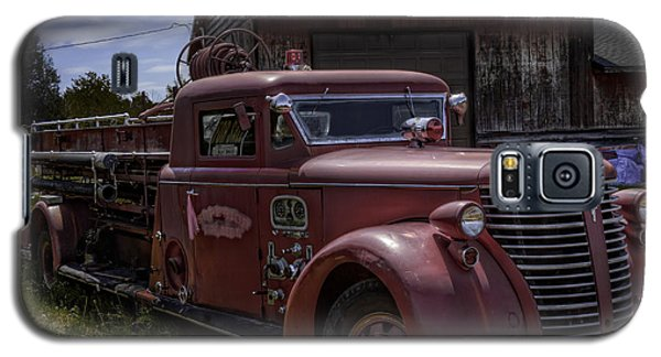 Galaxy S5 Case featuring the photograph 1939 American Lafrance Foamite by Tom Gort