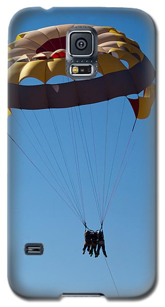 Galaxy S5 Case featuring the photograph 3 People Para-sailing Pachmarhi by Ashish Agarwal