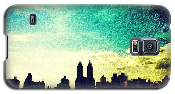 A Paintbrush Sky Over Nyc Galaxy S5 Case by Luke Kingma