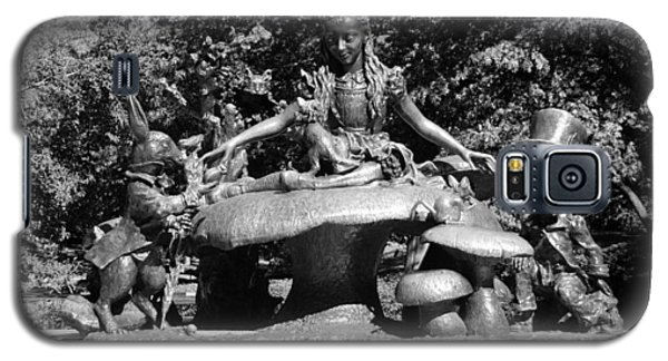 Alice In Wonderland In Central Park In Black And White Galaxy S5 Case