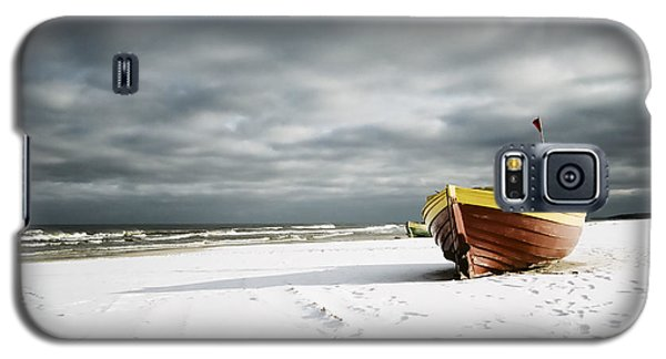 Boat On Snowy Beach Galaxy S5 Case by Agnieszka Kubica